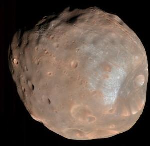 Фото Фобоса с орбитального исследовательского аппарата НАСА «Mars Reconnaissance Orbiter» с расстояния около 6800 км
