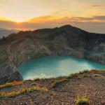 Озера хамелеоны вулкана Келимуту, Индонезия. Видимость лучше всего ранним утром (фото из Интернета)