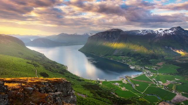 Волшебный свет над Иннфьорден в Западной Норвегии.
