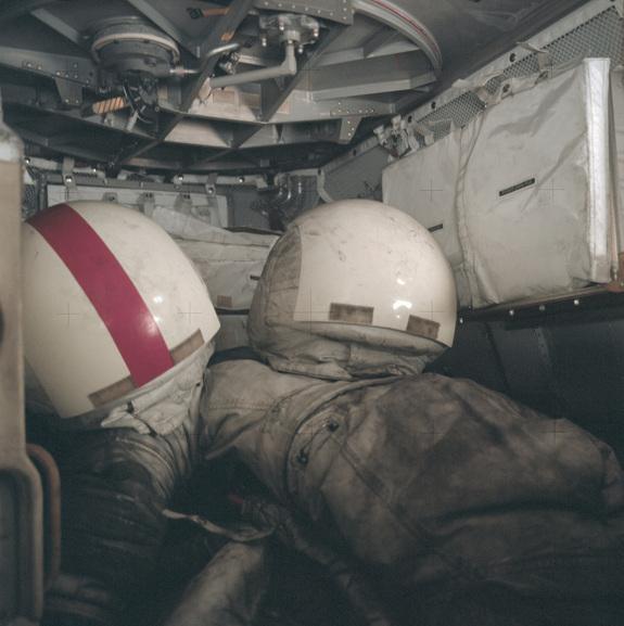Скафандры в лунной пыли. Аполлон-17. Декабрь 1972 года.