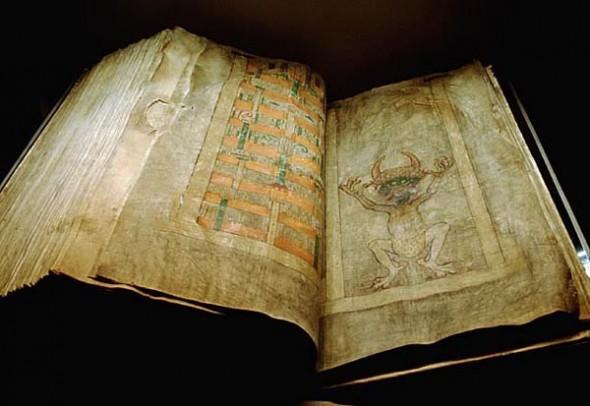 Именно это изображение дьявола дало Codex Gigas широко известное впоследствии имя. Согласно легенде, Библию дьявола написал за одну ночь монах, продавший за это душу дьяволу. Фото WikiMedia Commons/ Kungl. Biblioteket.