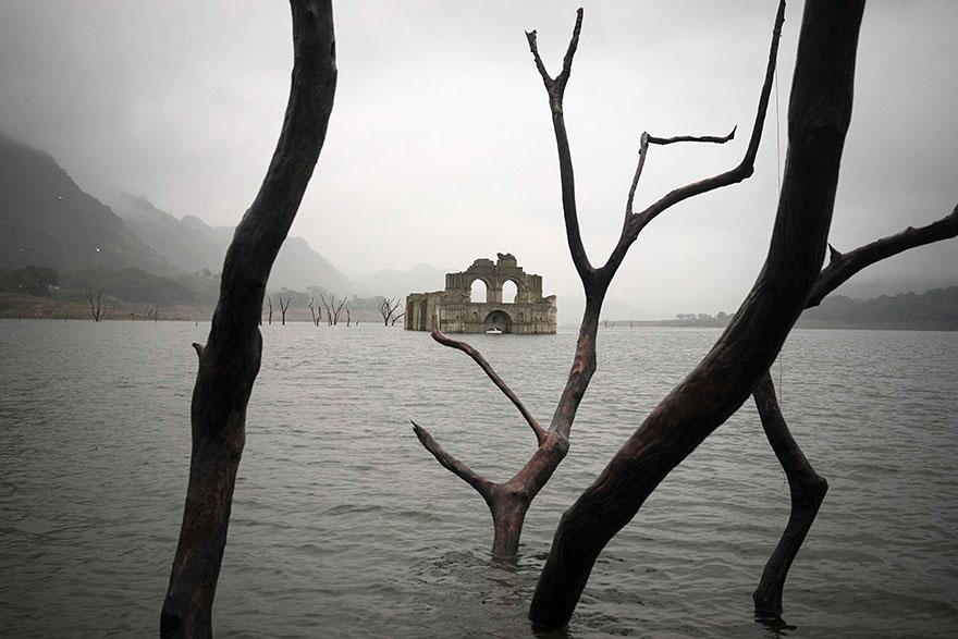 Церковь - призрак в водохранилище Несауалькойотль, бассейн реки Грихальва