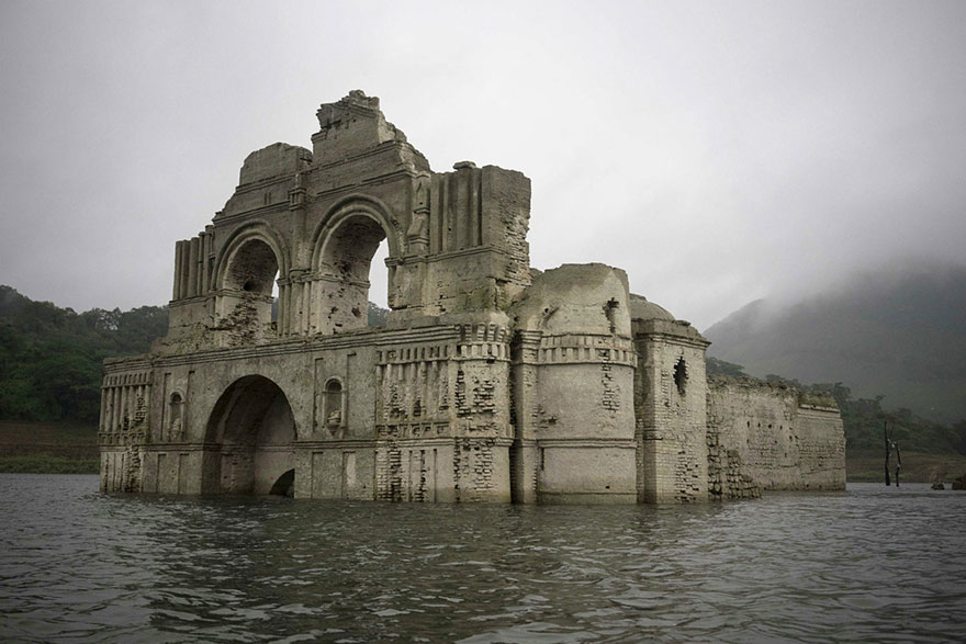 Церковь - призрак в водохранилище Несауалькойотль, бассейн реки Грихальва. Фото: Associated Press