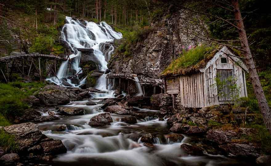 Избушка на краю водопада Kvednafossen