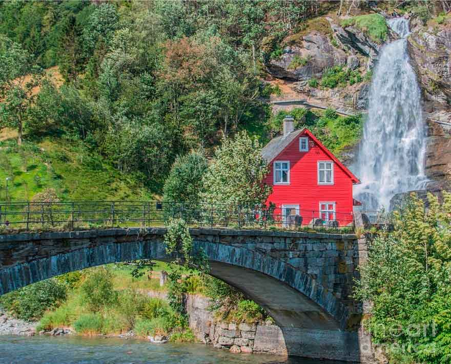 Красный деревянный дом на водопаде Steinsdalsfossen
