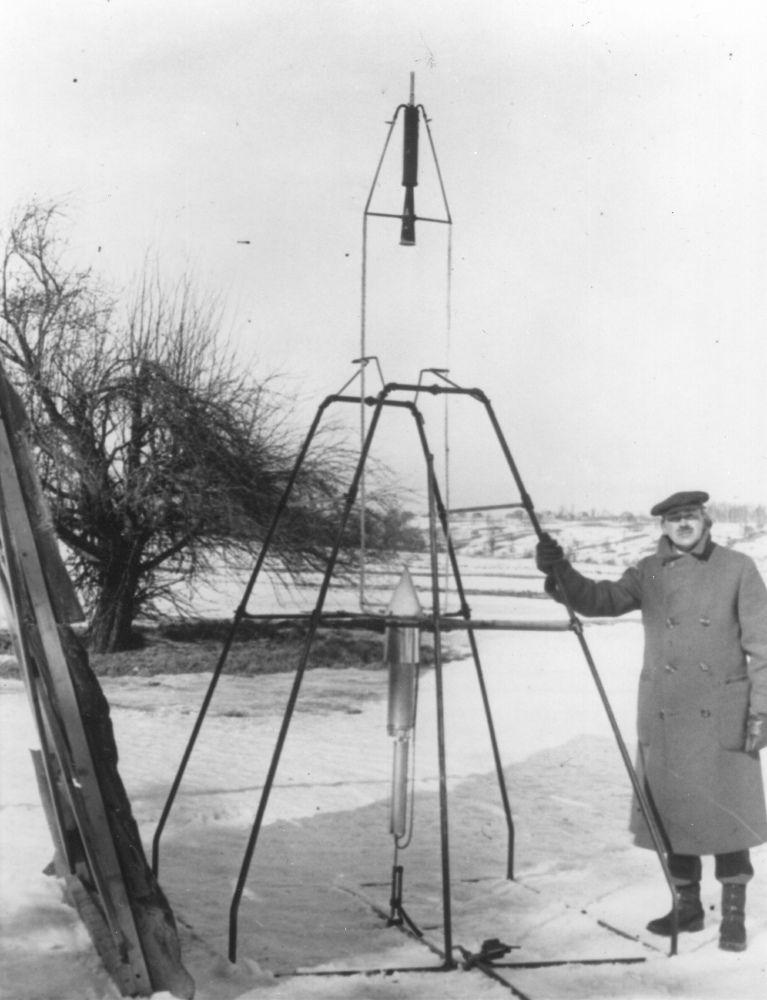 Пионер ракетостроения Роберт Годдард стоит рядом первой жидкотопливной ракетой перед ее запуском 16 марта 1926 года. Фото: университет Кларка. Архив Роберта Х. Годдарда