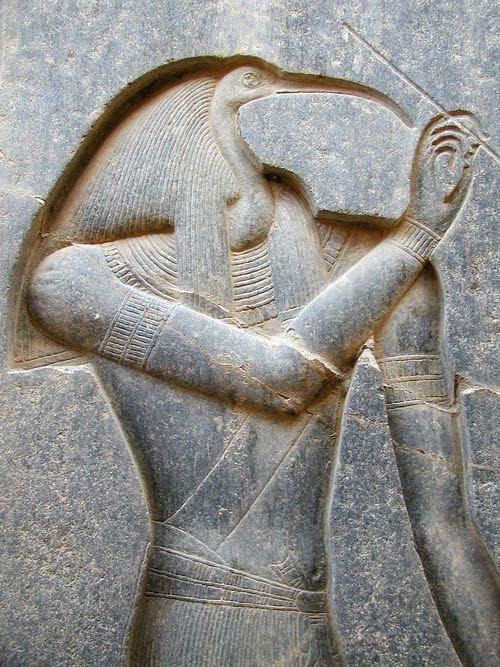 Изображение Тота, вырезанное на спинке трона статуи Рамзеса II. (Джон Бодсворт /Общественное Достояние)